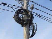 Elektriska trådar på elektriska poler på Moskvastaden Fotografering för Bildbyråer