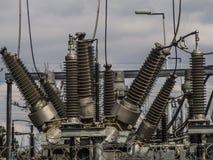Elektriska transformatorer av j?rnv?g linjer royaltyfri fotografi