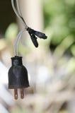 Elektriska uttag och gammalt ledningsnät, brist av solen, hota för regn Arkivbild
