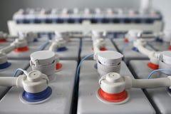 Elektriskt DC-batteri Industriella ackumulatorer förbindelseplus till minusen Direkt aktuell tillförsel arkivbild