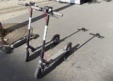 Elektriskt dela för sparkcyklar Fria sparkcyklar parkeras på sidewen royaltyfri bild