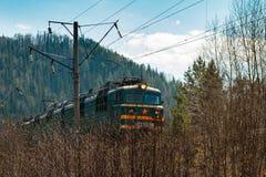 Elektriskt drev RZHD på bergskogbakgrund i vår royaltyfri bild