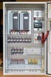 Elektriskt kabinett med frekvensomformare, kontrollant, strömkretssäkerhetsbrytare royaltyfri foto