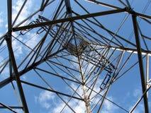 Elektriskt kraftledningtorn Arkivbild