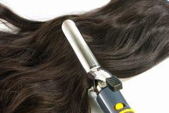 Elektriskt krullande järn och hår Royaltyfri Foto