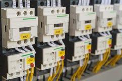 Elektriskt ledningsnät för närbild med säkringar och contactors Royaltyfria Bilder