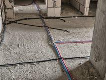 Elektriskt ledningsnät på golvet royaltyfria bilder