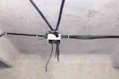 Elektriskt ledningsn?t f?r yrkesm?ssigt utkast i hus eller l?genhet under reparationen, installation av f?reningspunktasken, h?g  royaltyfri foto