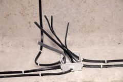 Elektriskt ledningsn?t f?r yrkesm?ssigt utkast i hus eller l?genhet under reparationen, installation av f?reningspunktasken, h?g  fotografering för bildbyråer