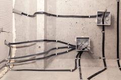Elektriskt ledningsn?t f?r yrkesm?ssigt utkast i hus eller l?genhet under reparationen, installation av f?reningspunktasken, h?g  arkivbild