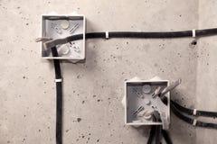 Elektriskt ledningsn?t f?r yrkesm?ssigt utkast i hus eller l?genhet under reparationen, installation av f?reningspunktasken, h?g  royaltyfri bild