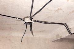 Elektriskt ledningsn?t f?r yrkesm?ssigt utkast i hus eller l?genhet under reparationen, installation av f?reningspunktasken, h?g  arkivfoto