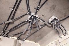 Elektriskt ledningsn?t f?r yrkesm?ssigt utkast i hus eller l?genhet under reparationen, installation av f?reningspunktasken, h?g  arkivfoton