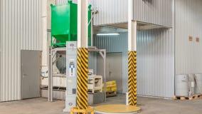 Elektriskt mala maskineri, och hissen kärnar ur för tillverkning av timelapse Kornutrustning stock video