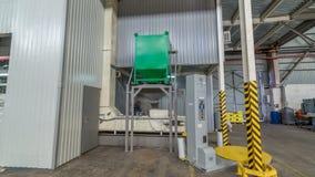 Elektriskt mala maskineri, och hissen kärnar ur för tillverkning av timelapsehyperlapse Kornutrustning stock video