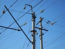 Elektriskt posta med kraftledningkablar Arkivfoto