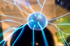 Elektriskt sfärjordbruksprodukterplasma med den blåa gnistor och bulten Scienc royaltyfri foto