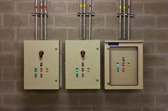 Elektriskt system i kabinett royaltyfri foto