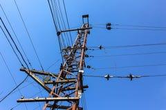 Elektriskt torn med antenner på järnvägsspåren Arkivfoto