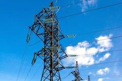 Elektriskt torn på blå himmel på dagen Arkivbild