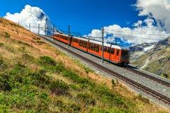 Elektriskt turist- drev och berömt dimmigt Matterhorn maximum, Schweiz, Europa royaltyfri fotografi