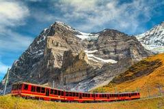 Elektriskt turist- drev och berömt Eiger maximum, Bernese Oberland, Schweiz arkivbild
