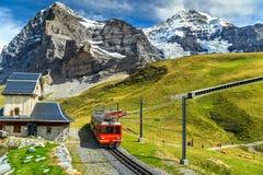 Elektriskt turist- drev och Eiger norr framsida, Bernese Oberland, Schweiz Arkivbild