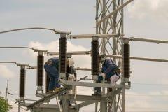 Elektriskt underhållsarbete på elektrisk hög spänningsutrustning Fotografering för Bildbyråer