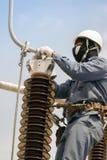 Elektriskt underhållsarbete på elektrisk hög spänningsutrustning Royaltyfri Foto