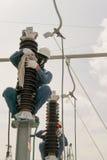 Elektriskt underhållsarbete på elektrisk hög spänningsutrustning Royaltyfria Bilder