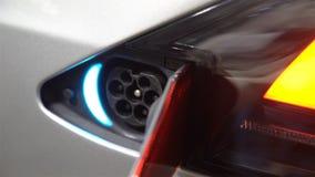 Elektriskt uttag på huset av elbilen stock video