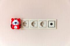 Elektriskt uttag på väggen och en natt tänder Royaltyfria Foton