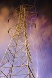 Elektrizitäts-Gondelstiel mit Blitz im Hintergrund. Stockfoto