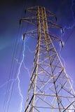 Elektrizitäts-Gondelstiel mit Blitz im Hintergrund. Stockbilder