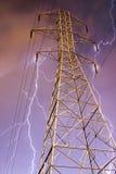 Elektrizitäts-Gondelstiel mit Blitz im Hintergrund. Lizenzfreie Stockfotografie
