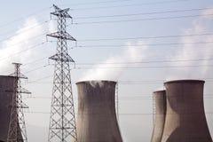 Elektrizitäts-Gondelstiel und Kühlturm Lizenzfreie Stockfotos