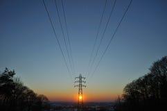 Elektrizitätsdrähte und -gondelstiel in der Winterlandschaft Stockbild