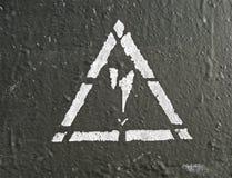 Elektrizitätsgefahrenzeichen auf gemalter Wand, Lizenzfreie Stockbilder