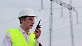 Elektrizitätsgesellschaftsarbeitskraft auf dem Gebiet stock video