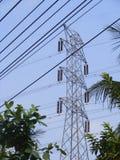 Elektrizitätsgondelstiele auf dem Gerstengebiet Stockfoto
