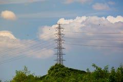 Elektrizitätsgondelstiele auf dem Gerstengebiet stockfotografie