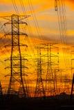 Elektrizitätsgondelstiele am Sonnenuntergang Stockbild