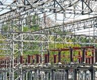 Elektrizitätskraftwerk mit Seilzügen und Schaltern Stockbild