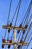 Elektrizitätspfosten agianst blauer Himmel lizenzfreie stockfotografie