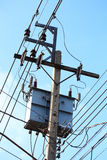 Elektrizitätspfosten im blauen Himmel Lizenzfreies Stockbild