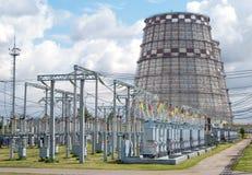ElektrizitätsTriebwerkanlage Kühlturm Stockfotos