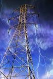 Elektrizitäts-Gondelstiel mit Blitz im Hintergrund. Lizenzfreie Stockfotos