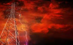 Elektrizitäts-Gondelstiel mit Blitz im Hintergrund. Stockbild