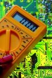 Elektrizitätsmultimeter auf Leiterplatte Stockfoto