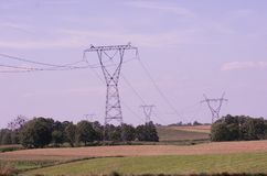 Elektro de Elektriciteitspylonen van Transmissietorens bij Zonsondergang royalty-vrije stock foto